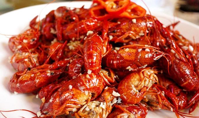 去餐馆吃小龙虾的正确吃法