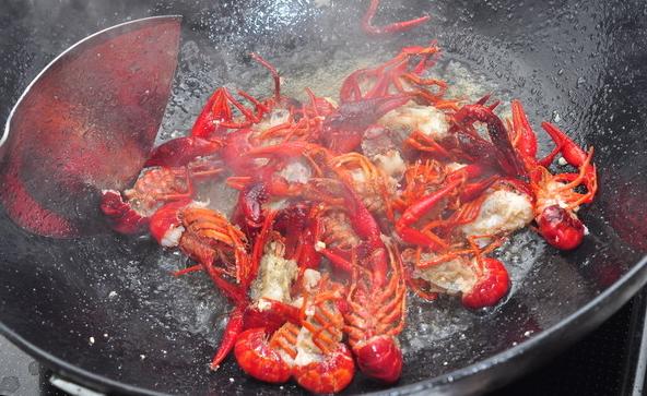 自制小龙虾的正确吃法