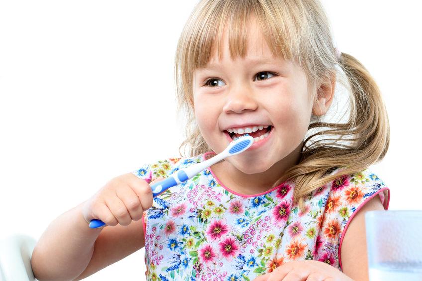 哪些原因容易引起儿童龋齿   1、喜吃零食   目前儿童的食物多为含糖量高、豁稠性强,J质软而精细的食物,如蛋糕、面包、饼干、各种糖果、牛奶及各种饮料等都是儿童喜欢的食物。儿童龋齿的病因有这些食物由于长期戮附在矛面上易发酵产生酸,侵蚀牙齿而发生龋齿。   2、口腔卫生差   婴儿期不能自己刷牙,儿童龋齿的病因有儿童期多数刷牙、不认真,方法也不正确。儿童因年幼无知,几乎都有好吃零食而不清洁牙齿的坏习惯。当问看牙病小孩每天刷几次牙,每次刷多长时间时,家长多回答说刷牙是走过场,每次刷牙多则三十秒,短则几秒