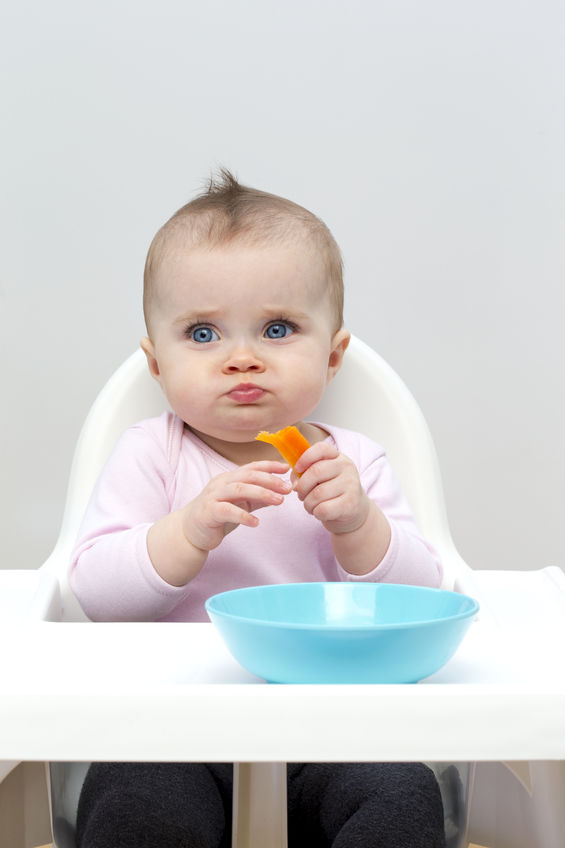 小孩大口吃饭可爱图