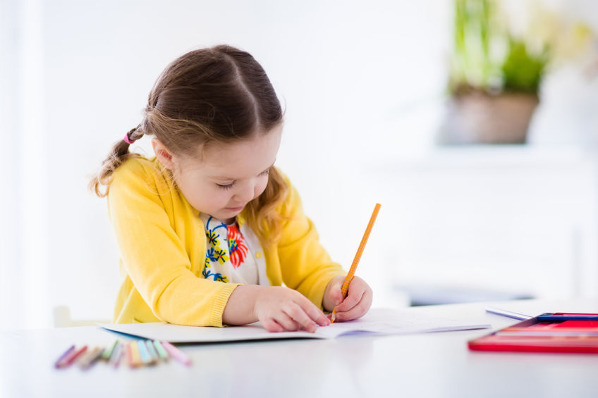 小孩坐在椅子上简笔画